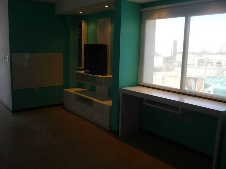 SECTOR DE ESTUDIO, GUARDADO Y TV: Estudios y oficinas de estilo  por ARETÉ ESTUDIO DISEÑO INTERIOR +SHOWROOM