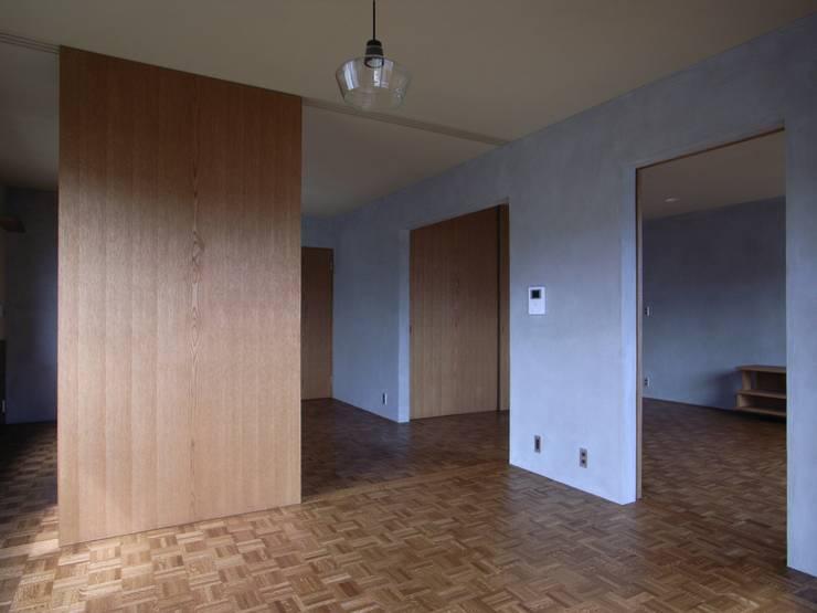h16m: aoydesign 株式会社アオイデザインが手掛けた寝室です。,