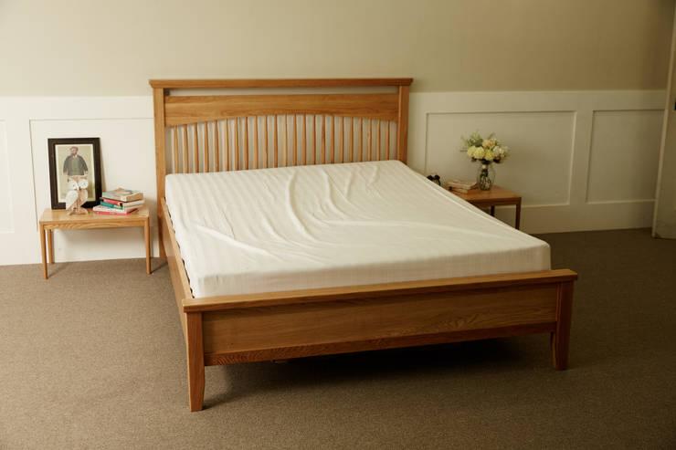 고운 원목침대Q: 레트로하우스의  침실