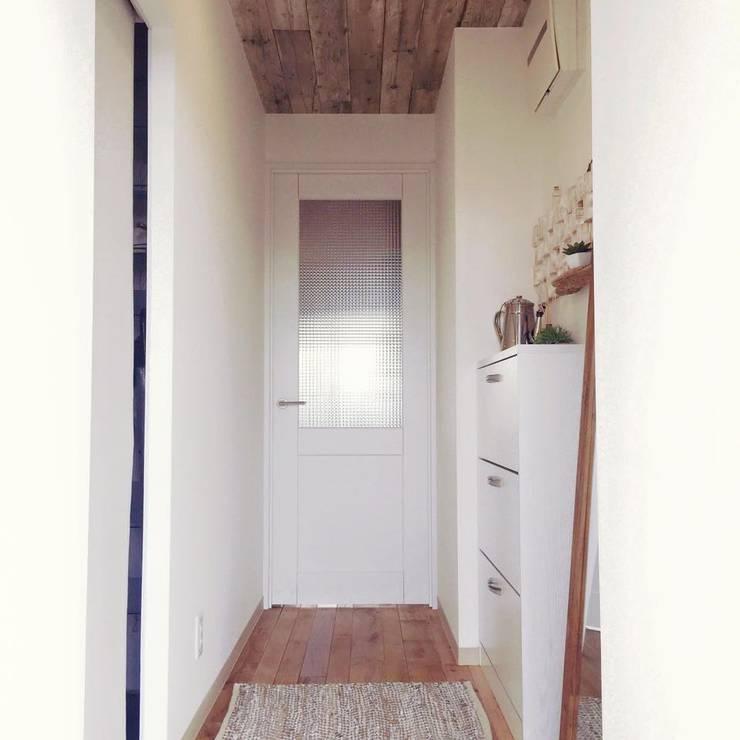 Scandinavian style corridor, hallway& stairs by 高嶋設計事務所/恵星建設株式会社 Scandinavian