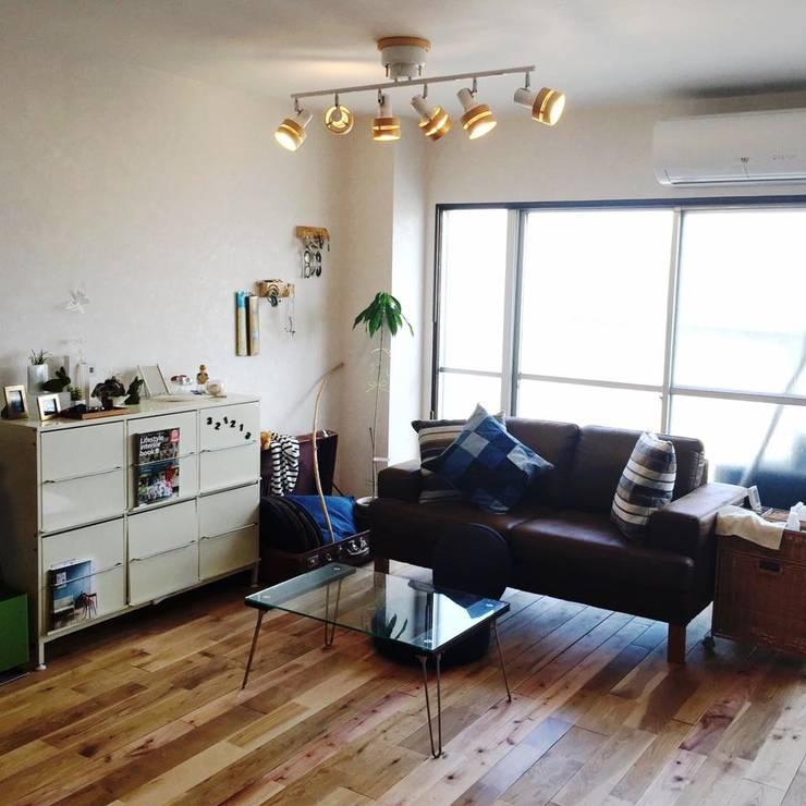 無垢床が気持ちいいリビング: 高嶋設計事務所/恵星建設株式会社が手掛けたリビングです。