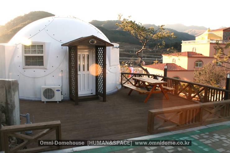 유럽형 화이트 펜션을 옮겨 놓은 듯한 감각있는 멋진 외관의 돔하우스!: 휴먼앤스페이스의  주택