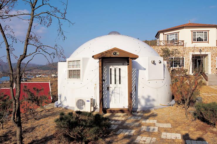 유럽형 화이트 펜션을 옮겨 놓은 듯한 감각있는 멋진 외관의 돔하우스!: 휴먼앤스페이스의  주택,
