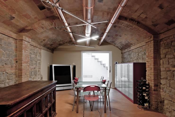 Taverna: Cantina in stile  di Studio Olmeda Arch. Marco Amedeo
