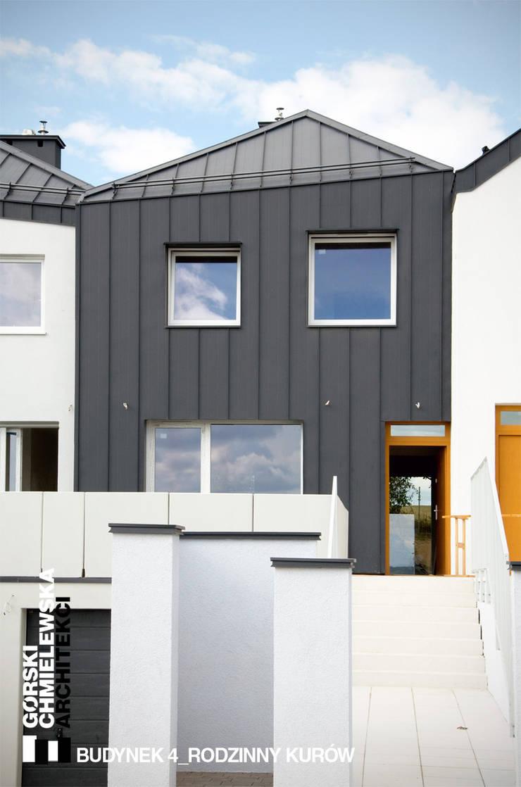 BUDYNEK 4-RODZINNY KURÓW: styl , w kategorii Domy zaprojektowany przez GÓRSKI CHMIELEWSKA ARCHITEKCI,Nowoczesny