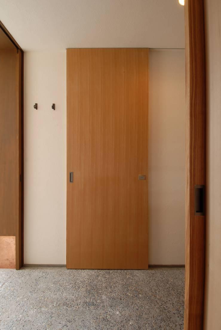 玄関と建具: 株式会社TERRAデザインが手掛けた窓です。