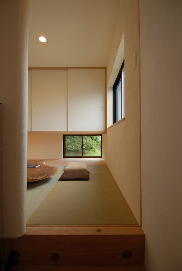 和室: 株式会社TERRAデザインが手掛けた書斎です。