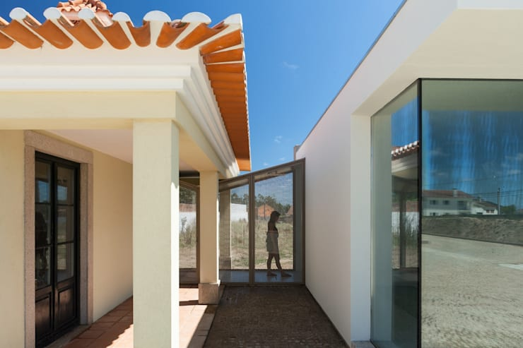 Piscina em Ovar: Piscinas modernas por Nelson Resende, Arquitecto