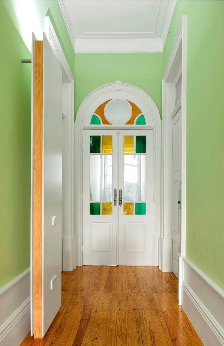 Recuperação de casa em Ovar: Corredores e halls de entrada  por Nelson Resende, Arquitecto