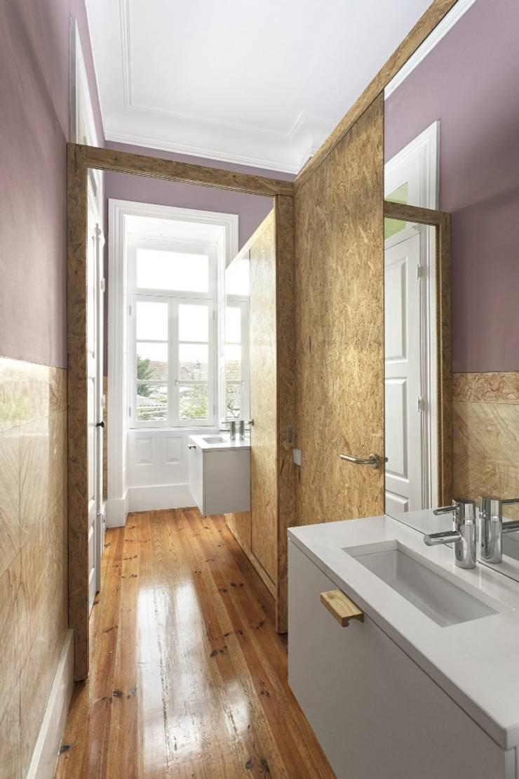 Recuperação de casa em Ovar: Casas de banho  por Nelson Resende, Arquitecto