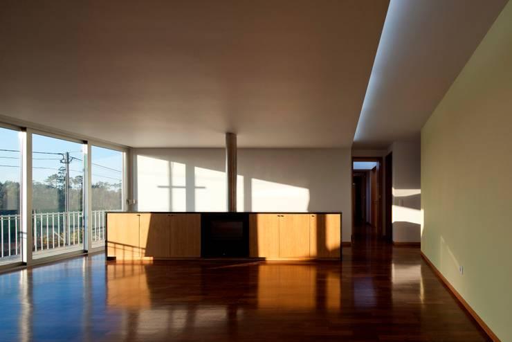 Casa no Sobral: Salas de estar  por Nelson Resende, Arquitecto