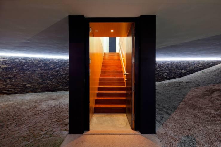 Casa no Sobral: Corredores e halls de entrada  por Nelson Resende, Arquitecto