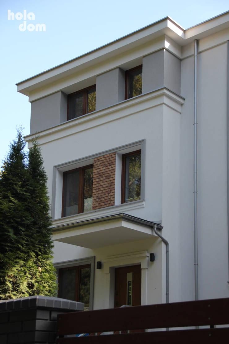 Elewacja domu jednorodzinnego (modernizacja): styl , w kategorii Domy zaprojektowany przez HOLADOM Ewa Korolczuk Studio Architektury i Wnętrz
