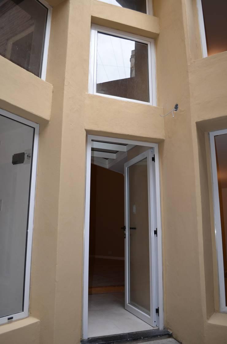Entrada por patio totalmente renovado: Casas de estilo  por Area61 Arquitectura