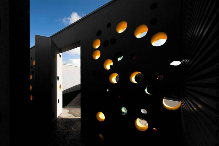 Casa em Souto: Janelas   por Nelson Resende, Arquitecto
