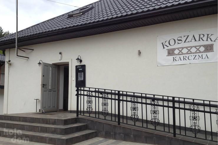 Projekt elewacji budynku baru Koszarka nad Narwią w Ploskach: styl , w kategorii Bary i kluby zaprojektowany przez HOLADOM Ewa Korolczuk Studio Architektury i Wnętrz