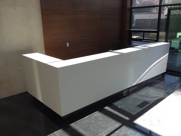 ECOTOWER - Mueble recepción: Vestíbulos, pasillos y escaleras de estilo  por Mako laboratorio