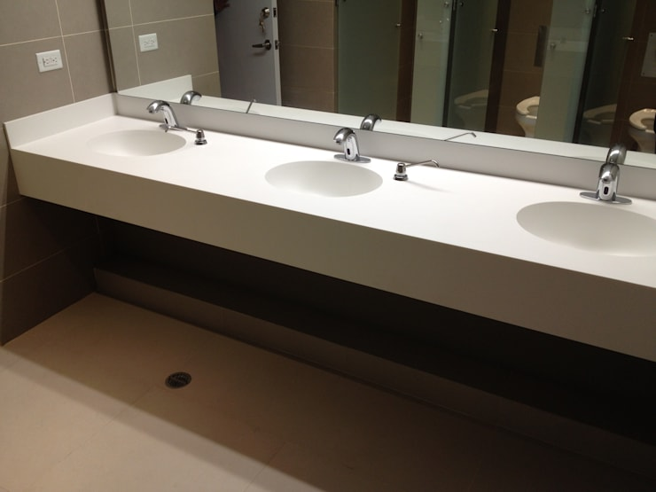 ECOTOWER - Mobiliario en Corian : Baños de estilo  por Mako laboratorio
