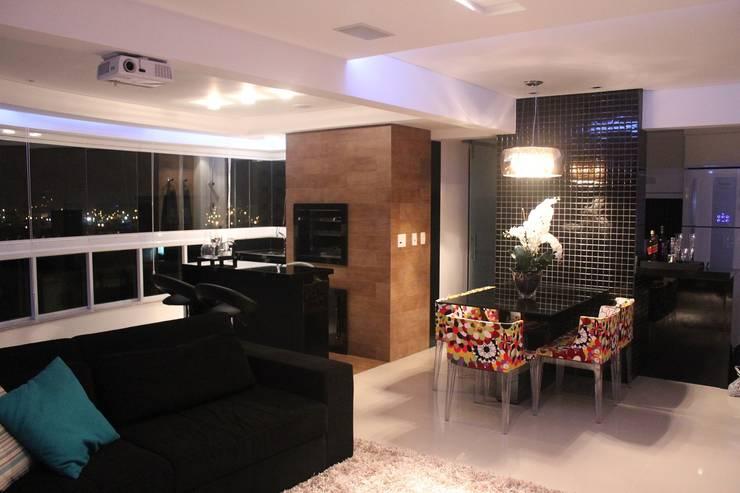 Apartamento em Balneário Camboriú – SC – Brasil: Salas de estar  por Modulo2 Arquitetos Associados.,Moderno MDF