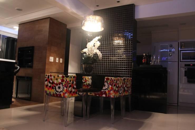Apartamento em Balneário Camboriú – SC – Brasil: Salas de jantar  por Modulo2 Arquitetos Associados.,Moderno Vidro