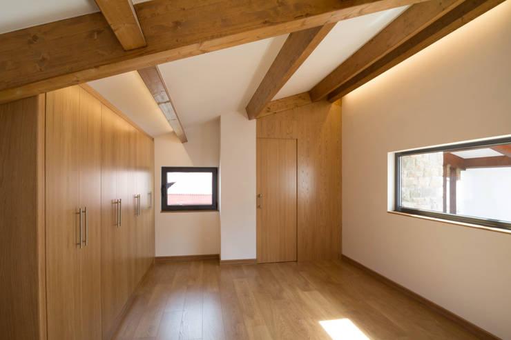 Dormitorios de estilo rústico por R. Borja Alvarez. Arquitecto