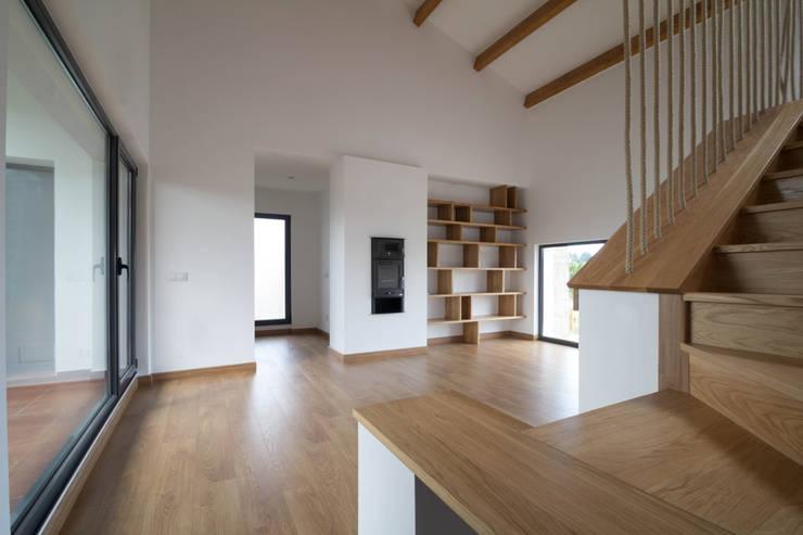 Livings de estilo rústico por R. Borja Alvarez. Arquitecto