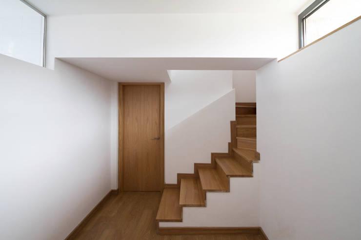 Pasillos y hall de entrada de estilo  por R. Borja Alvarez. Arquitecto