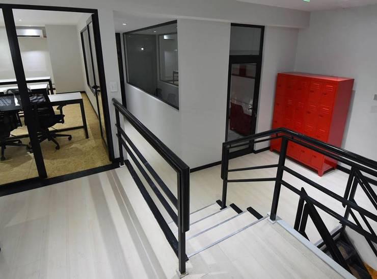 La Maquinita: Pasillos y recibidores de estilo  por Trua arqruitectura,Moderno