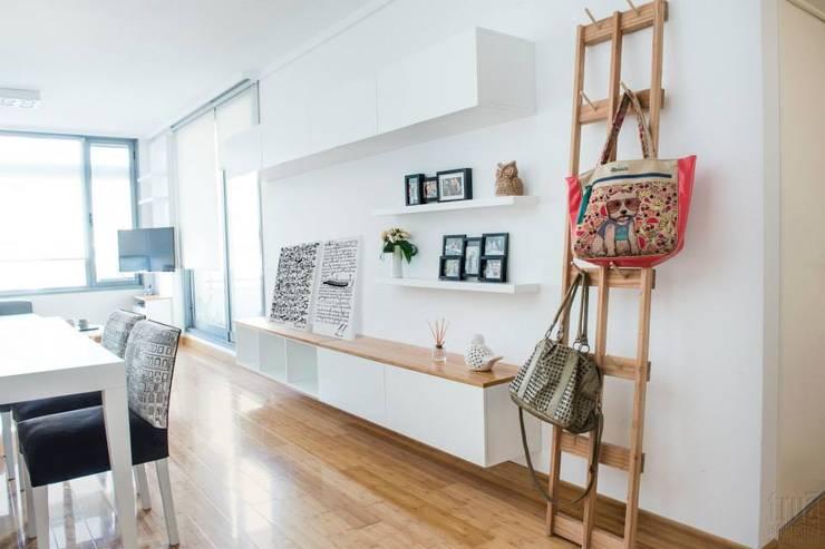 minimalistic Living room by Trua arqruitectura