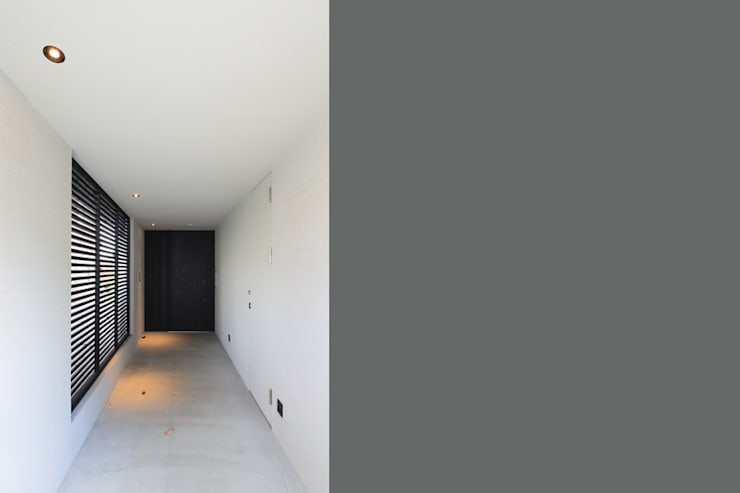 Y Residence: ヒココニシアーキテクチュア株式会社が手掛けた廊下 & 玄関です。,