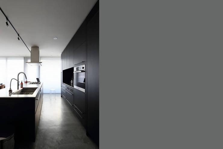 Y Residence: ヒココニシアーキテクチュア株式会社が手掛けたキッチンです。,