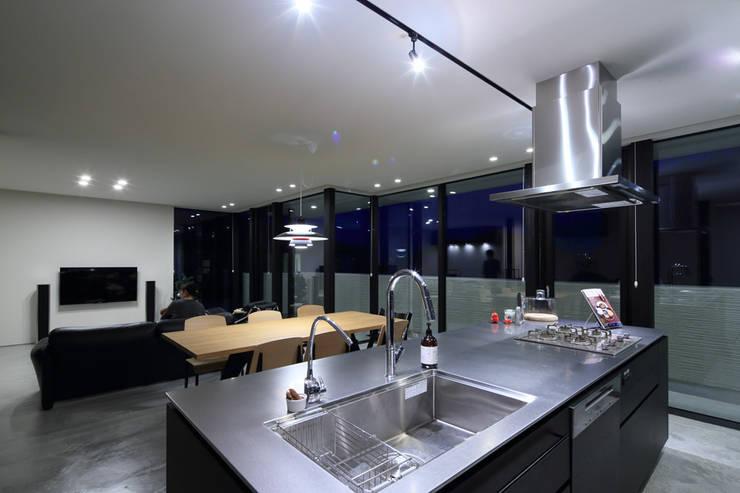 Y Residence: ヒココニシアーキテクチュア株式会社が手掛けたリビングです。,