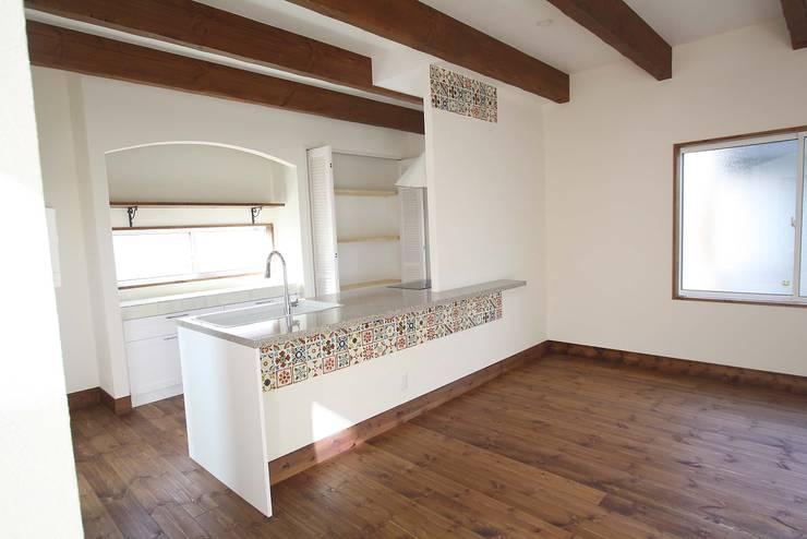 サンタフェ風: 株式会社コリーナが手掛けたキッチンです。,オリジナル
