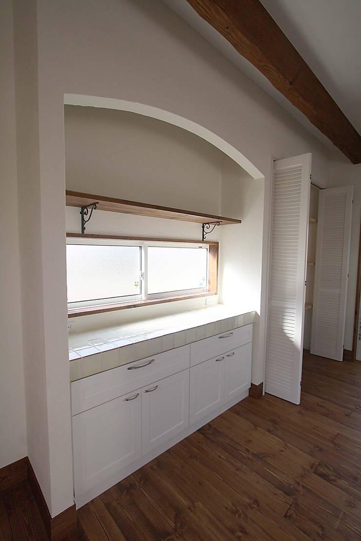 サンタフェ風: 株式会社コリーナが手掛けたキッチンです。