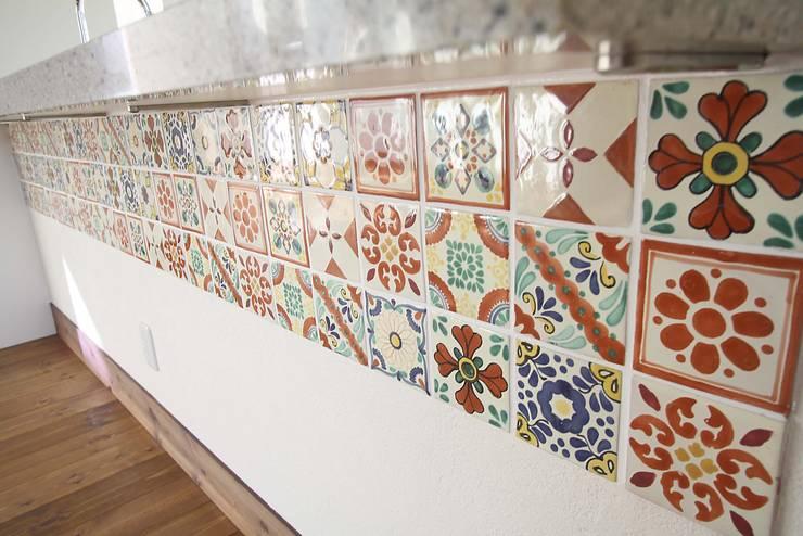 サンタフェ風: 株式会社コリーナが手掛けたキッチンです。,オリジナル タイル