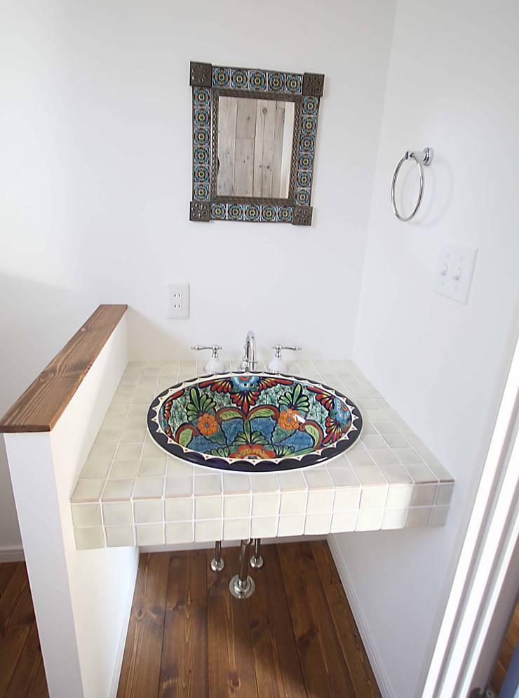 サンタフェ風: 株式会社コリーナが手掛けた浴室です。,オリジナル