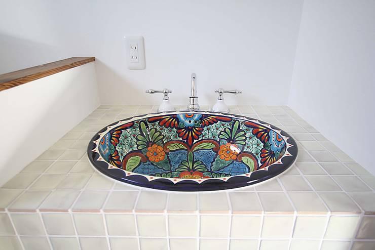 サンタフェ風: 株式会社コリーナが手掛けた浴室です。