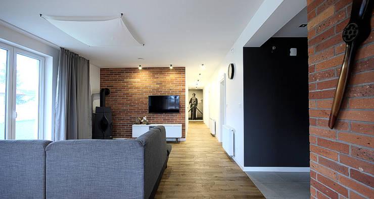 Salon: styl , w kategorii Salon zaprojektowany przez Hansloren,Eklektyczny Lite drewno Wielokolorowy