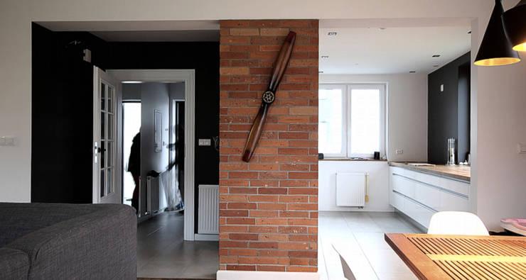 Przedpokuj i część salonu: styl , w kategorii Ściany zaprojektowany przez Hansloren,Nowoczesny Cegły