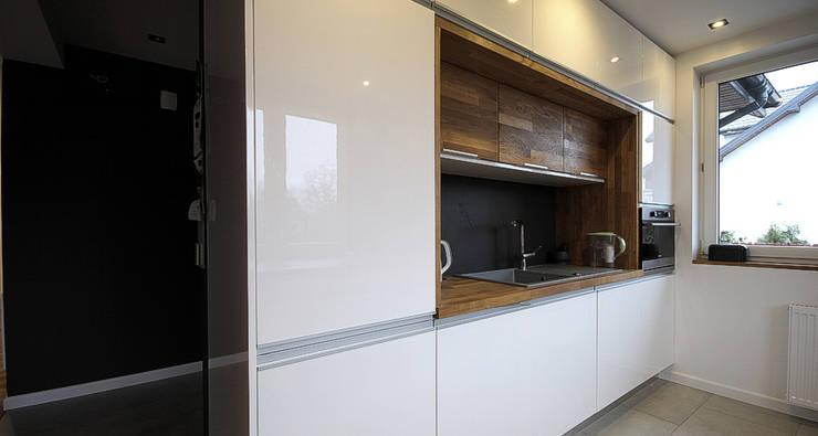 Dom w Wiśniowej Górze: styl , w kategorii Kuchnia zaprojektowany przez Hansloren,Nowoczesny Płyta MDF
