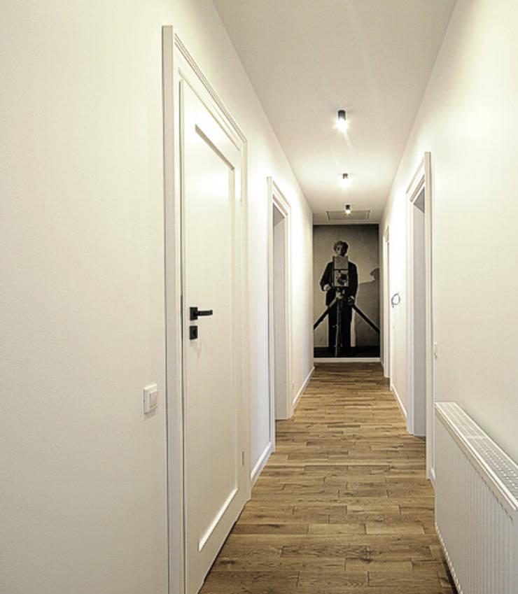 Hall: styl , w kategorii Korytarz, przedpokój zaprojektowany przez Hansloren,Nowoczesny Drewno O efekcie drewna