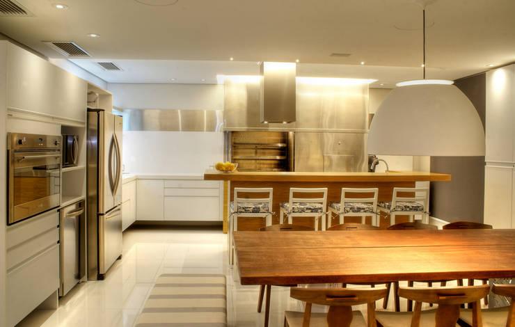 PROJ. ARQ. KARIN MORAES: Cozinhas  por BRAESCHER FOTOGRAFIA