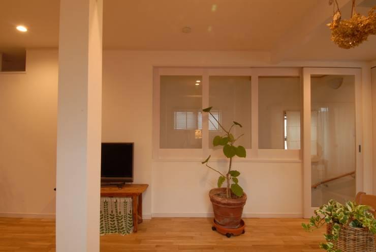 居間のくつろぎ空間その3: 株式会社TERRAデザインが手掛けたリビングです。