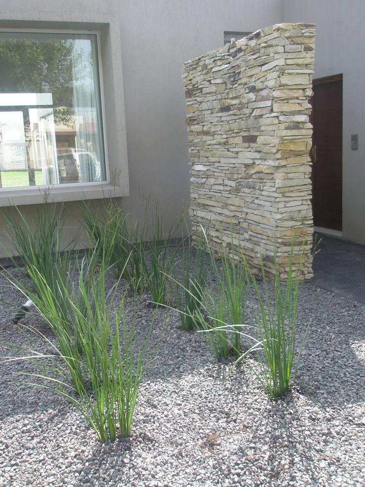 Jardin de frente: Jardines de estilo  por LAS MARIAS casa & jardin,Minimalista