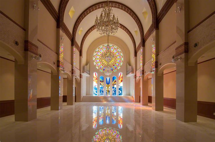チャペルとステンドグラスの全景: マルグラスデザインスタジオが手掛けたイベント会場です。,