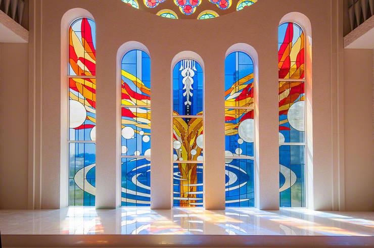 5枚に分割されたステンドグラス: マルグラスデザインスタジオが手掛けたイベント会場です。,