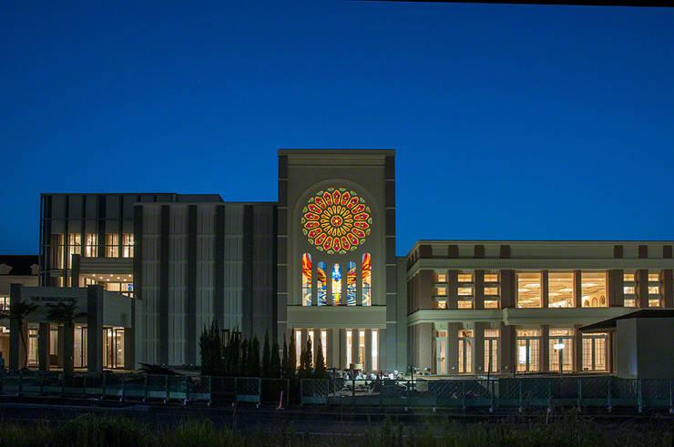 夜の外観 正面: マルグラスデザインスタジオが手掛けたイベント会場です。,