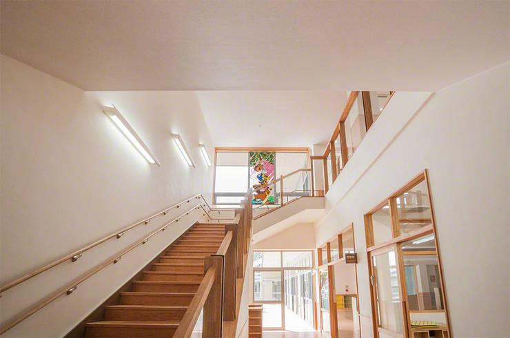 1階廊下より: マルグラスデザインスタジオが手掛けた学校です。,