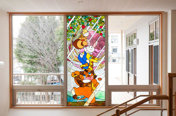 ステンドグラス正面全景: マルグラスデザインスタジオが手掛けた学校です。,