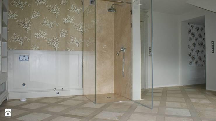 Kabina prysznicowa, posadzka oraz brodzik w kamieniu trawertyn 'Ivory: styl , w kategorii Łazienka zaprojektowany przez Stone Mason I Sp. z o.o.